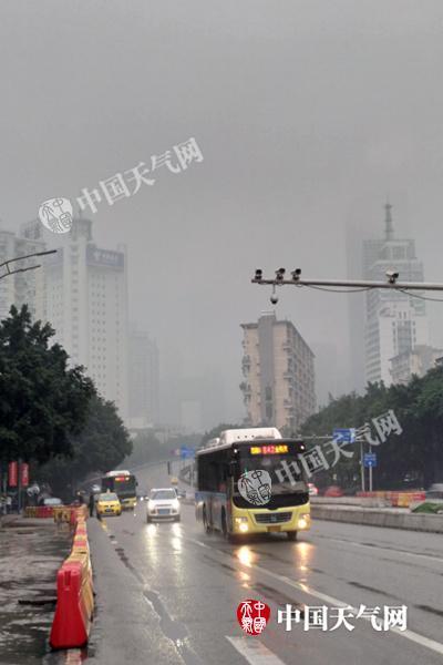 今晨重庆降雨持续,道路湿滑。