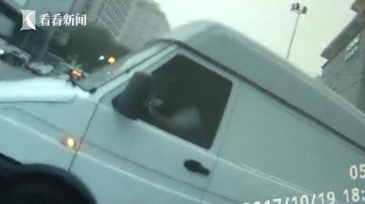司机私改货车运输危险品 车内飘出刺鼻气味被抓