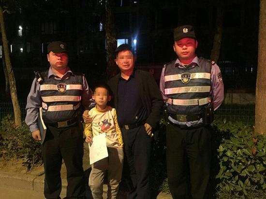 民警通过名字找到孩子父亲。