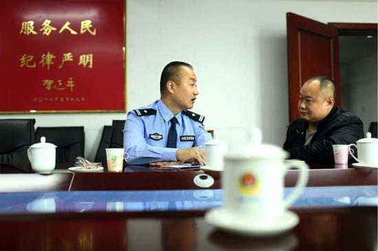 海港分局指挥中心主任王大伟初步了解王传民情况   摄/通讯员 郑勇
