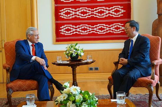 驻智利大使李宝荣(右)告别拜会智利外长穆尼奥斯。 中华人民共和国驻智利共和国大使馆 图