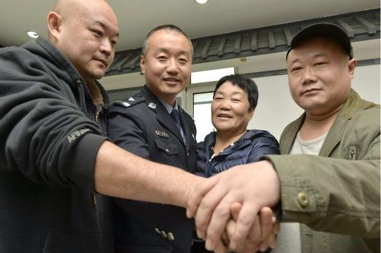 从左到右依次:王传磊、王大伟、宋秀菊、王传民。  摄/通讯员 郑勇
