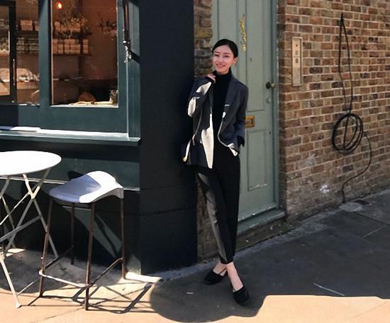 万佳音自己做模特,为了找到和服装定位相符的城市街景,她需要去到不同城市,甚至不同国家。