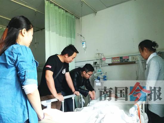 """网友陆梁、""""威廉""""以及发小何金阳赶到医院看望,为李凌熙母女俩""""打气""""。记者许洁琳 摄"""
