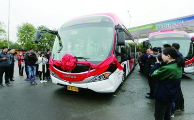 """第一辆纯电动1路公交车上午""""开跑""""  摄/记者 田宝希"""