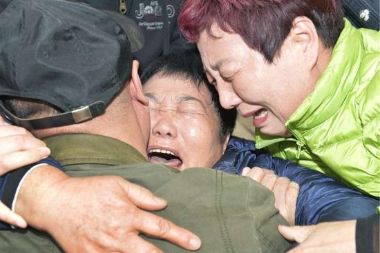 王传民一家人海港区公安分局相拥痛哭,诉说思念  摄/通讯员 郑勇