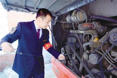 每天发车前和收车后,姚继凯都要检查车的机油,确保车辆安全。