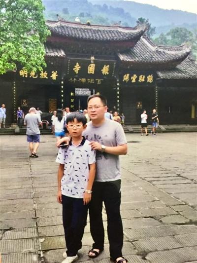 张君与儿子的合影
