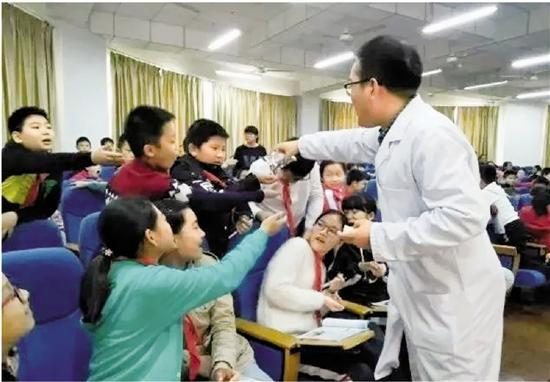 张乐在上中医课。