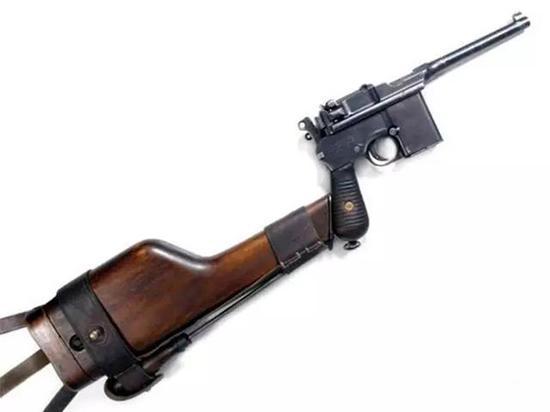 驳壳枪装上长枪托后可抵肩射击,相当于冲锋枪。
