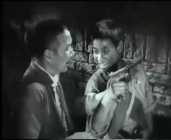 """电影《平原游击队》里,游击队队员小郭缴获一把""""王八盒子""""。"""