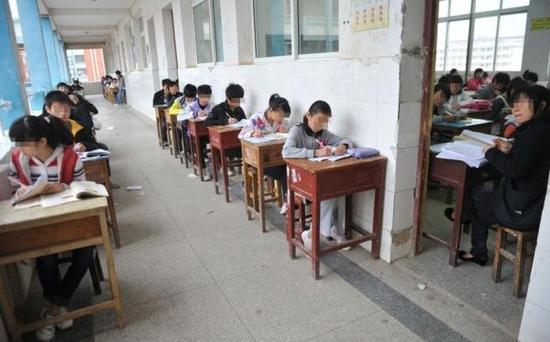 江西省南昌市某中学的期中考试。