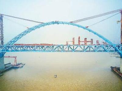 最大跨度公铁两用桥主拱合龙