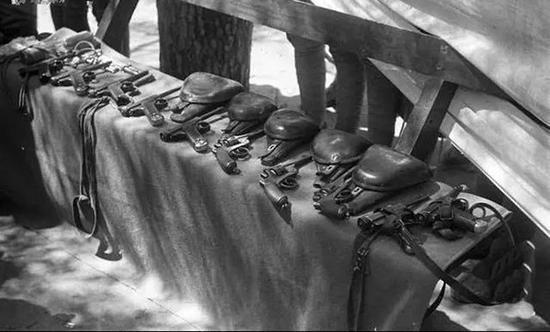 """八路军缴获的手枪,其中""""王八盒子""""居多。"""