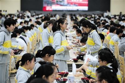 10月19日半夜,北京市第二中学食堂里,先生们在吃午餐。