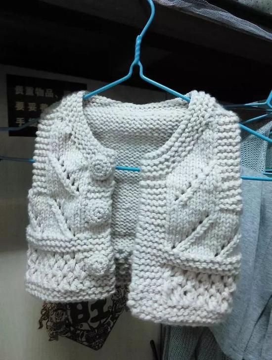 想要给妹妹准备一份独特的礼物,就看着视频现学织毛衣,织出一件小巧精致的背心