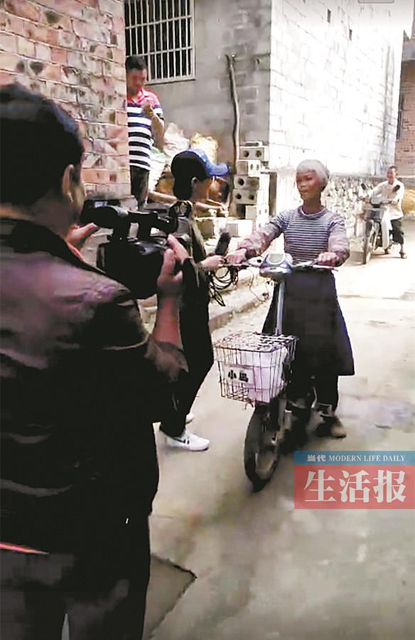 黄阿婆在接受记者采访(图片来源网络)