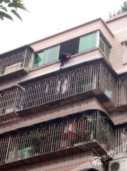 张某被困七楼与八楼之间,民警正在对其救援。渝北警方供图 华龙网发