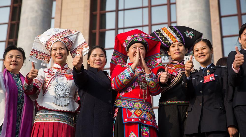 10月24日图刊:十九大闭幕 党代表手动点赞