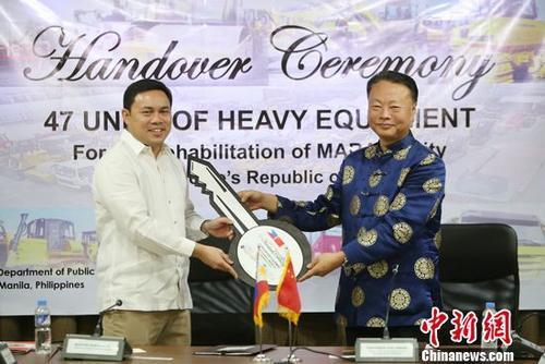 中国驻菲律宾大使赵鉴华24日代表中国政府向菲律宾移交了援助马拉维市战后重建工程机械。图为赵鉴华向菲律宾公造部部长维拉移交捐助物资。赵龙 摄