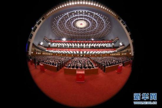 10月24日,中国共产党第十九次全国代表大会闭幕会在北京人民大会堂举行。这是代表举手表决。