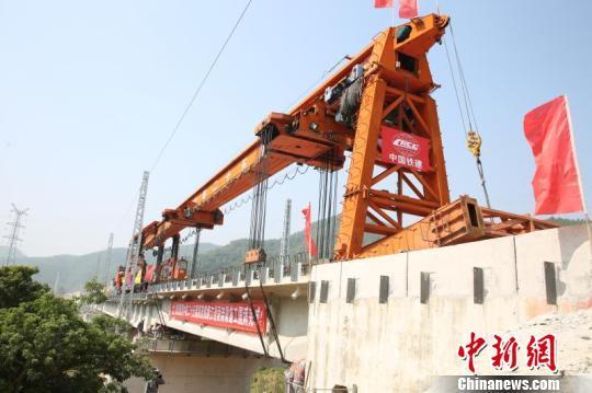 深茂铁路江茂段最后一片T梁正在架设中 刘卓然 摄