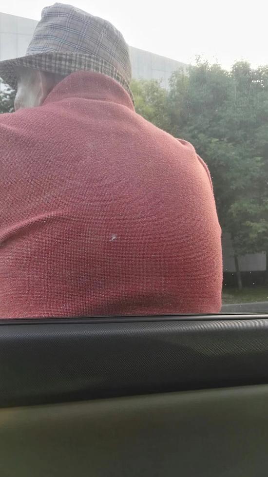 如皋市一名老太散步累了靠一辆轿车前休息。 本文图均为谢万庆供图