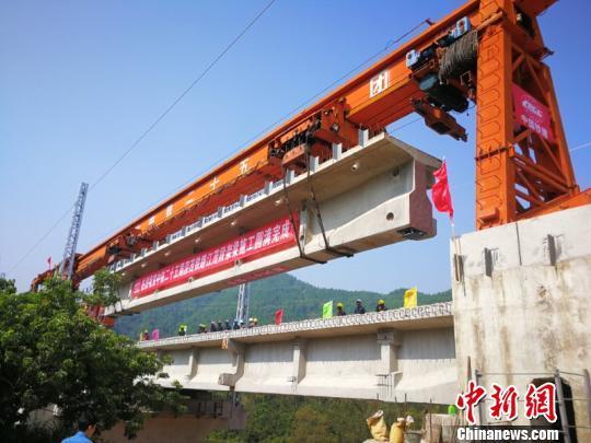深茂铁路江茂段最后一片T梁正在架设中 邓联旭 摄