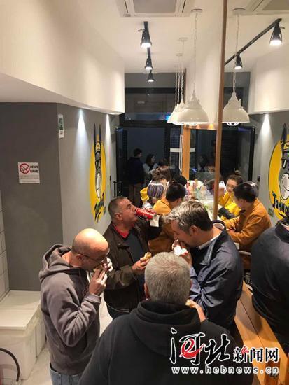 意大利米兰DonHot噹哈驴火店内,老外排队吃驴火。