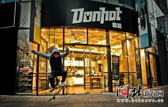 北京DonHot噹哈驴火店面设计很潮。