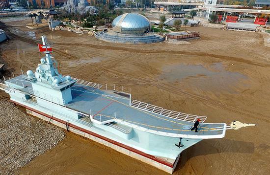 """仿""""辽宁号""""航母模型亮相河北传媒学院。本文图片均来自视觉中国"""