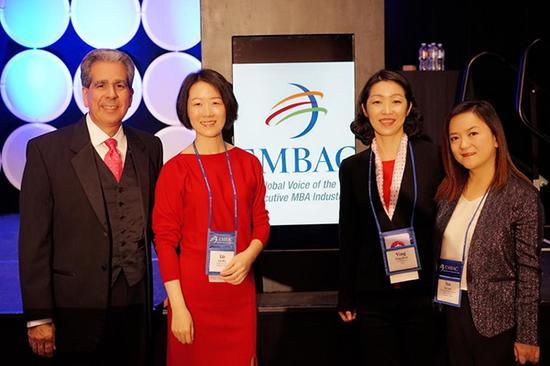 中国参调演讲高朋与EMBA委员会总做事Michael Desiderio老师合影