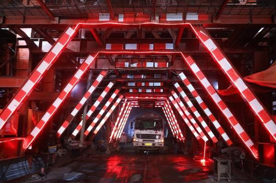 2017年8月21日,工人在河北省张家口市赤城县龙关镇境内的京张高铁崇礼支线铁路太子城隧道入口施工。 东方IC 资料