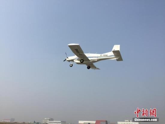 """中国科学家研制的吨位级货运无人机AT200,10月26日在陕西蒲城内府机场乐成""""首飞""""。(中国科学院工程热物理研究所供图)"""