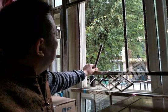 被盜業主的客廳護欄被人剪斷。