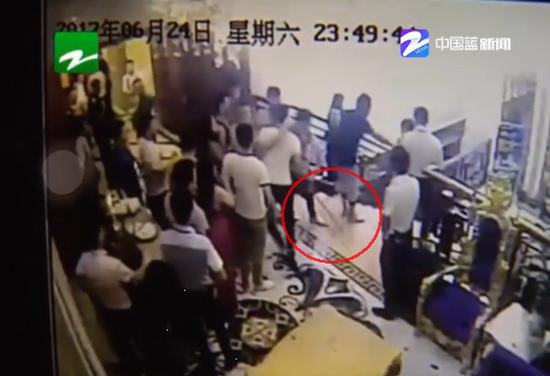 陪酒女子哭着跑出包厢 领班前去交涉被打进医院