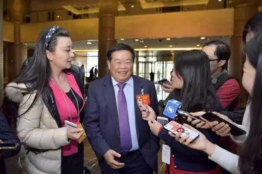 今年两会现场,曹德旺接受采访。