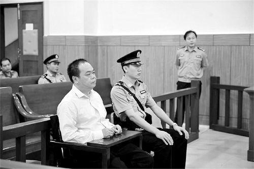 李杰在庭审现场 检察日报 图