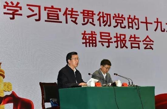 刘宝玲掌管讲演会。