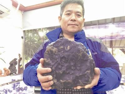 李波展示自己收藏的陨石