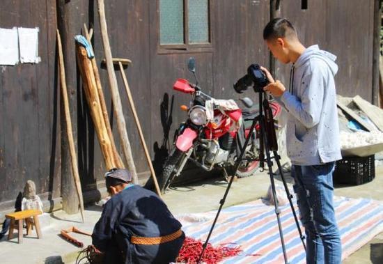 曹欢在拍摄农村题材的短视频。 本文图片 受访者供图