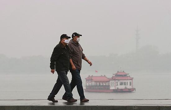 黑龙江省哈尔滨市,凌晨,出行的市平易近纷纭戴上口罩。 西方IC 材料图