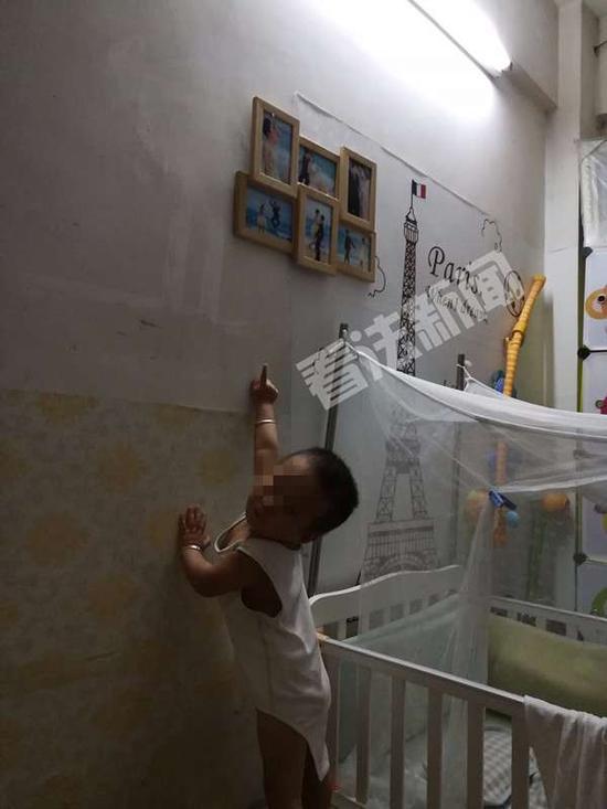 小宝指着墙上的照片喊爸爸