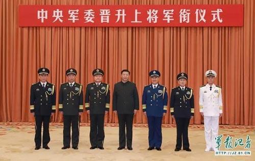 提升典礼现场,张升平易近(左一)