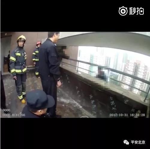民警赵志岩在劝说轻生男子 同时寻找时机开展救援