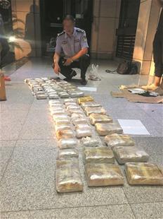 图为:杨厚平在办案中查获大量毒品