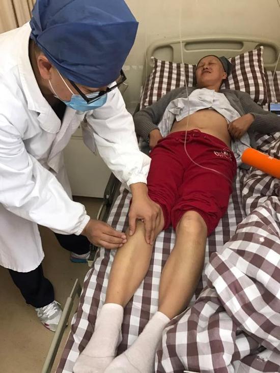 胡祖健给患者针灸。 澎湃新闻记者 陆玫 图