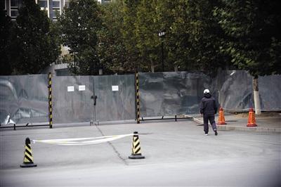 10月31日,在天通苑破水桥东一起通往小区的年夜门有专人看管,门上贴着空屋地区闲人免进的字条。