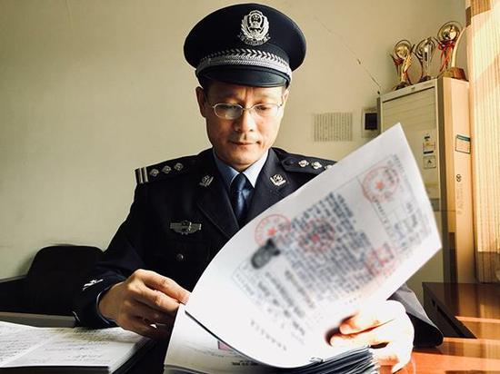 肖永华在查看病犯病例资料。澎湃新闻记者 邵克 图