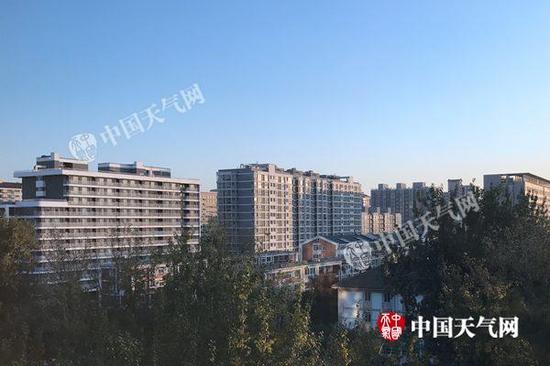 今晨北京天气晴好,体感寒冷。